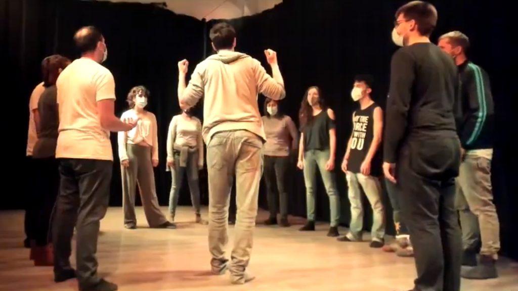 Grupo de actores en un taller de teatro musical e improvisación